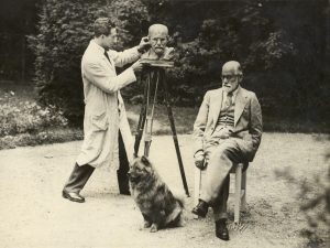 Freud and Nemon in Freud's garden